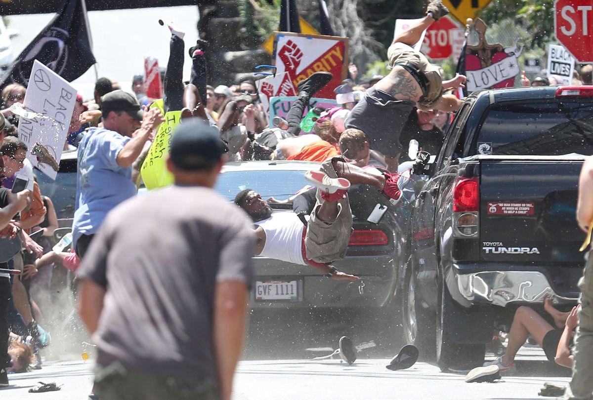 Объявлено ЧП: на США во толпу митингующих врезался колеса (Фото Видео)