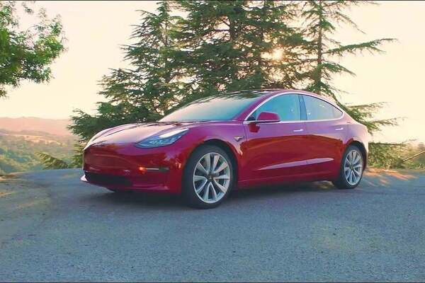 Tesla бросила вызов спортивному Ford Mustang: схватка попала на видео