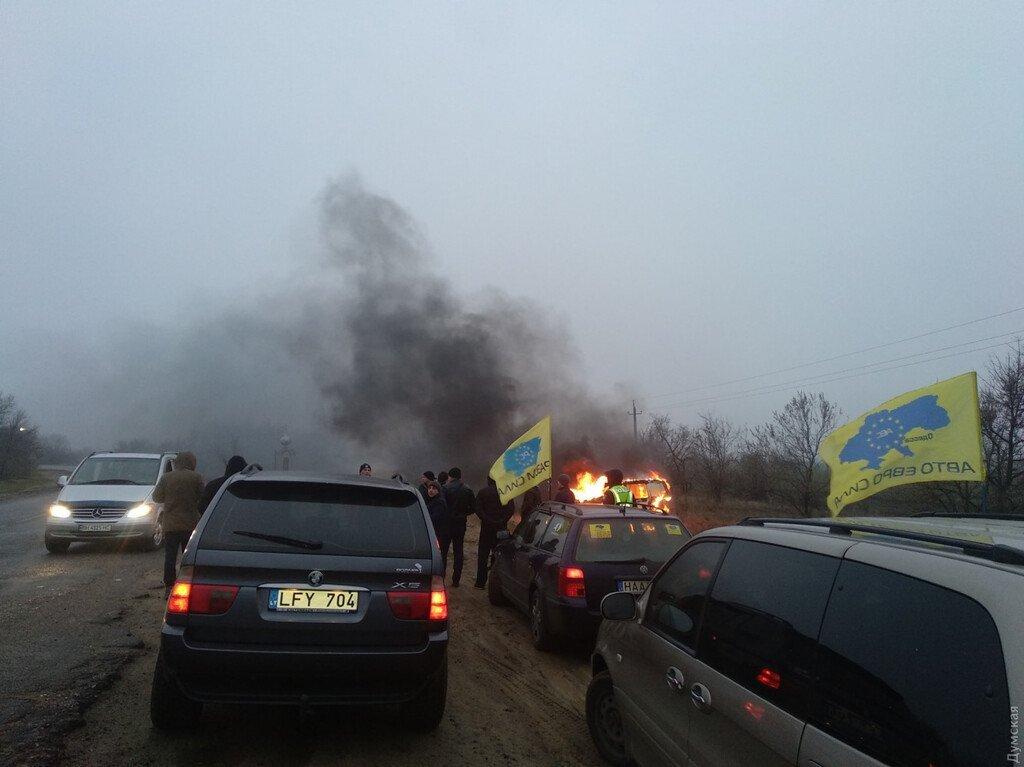 «Нас будет много!» Активистка сожгла авто на еврономерах и пригрозила Зеленскому