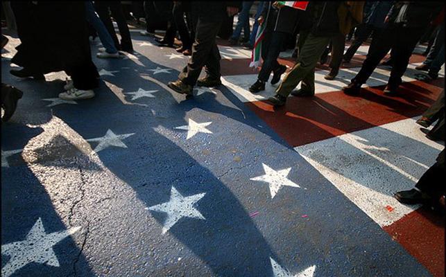 Иранцы продолжают протесты и демонстративно не топчут американские флаги на асфальте