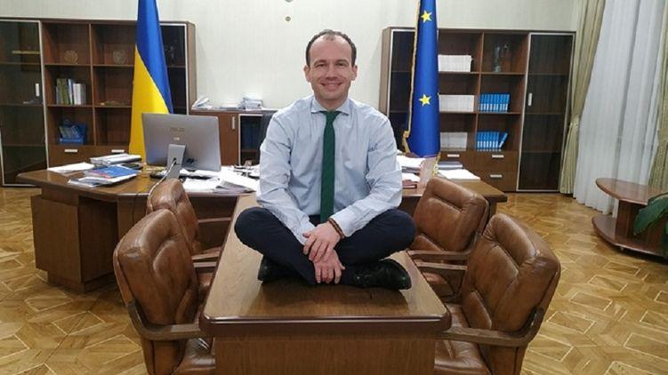 Клоун и в министерском кресле остается клоуном. Министр юстиции Украины стал героем забавной фотожабы после странного поста