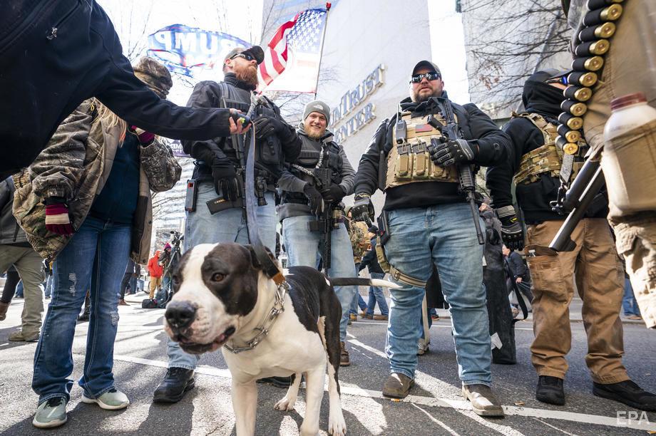 В США тысячи вооруженных людей пришли на акцию протеста. Фоторепортаж