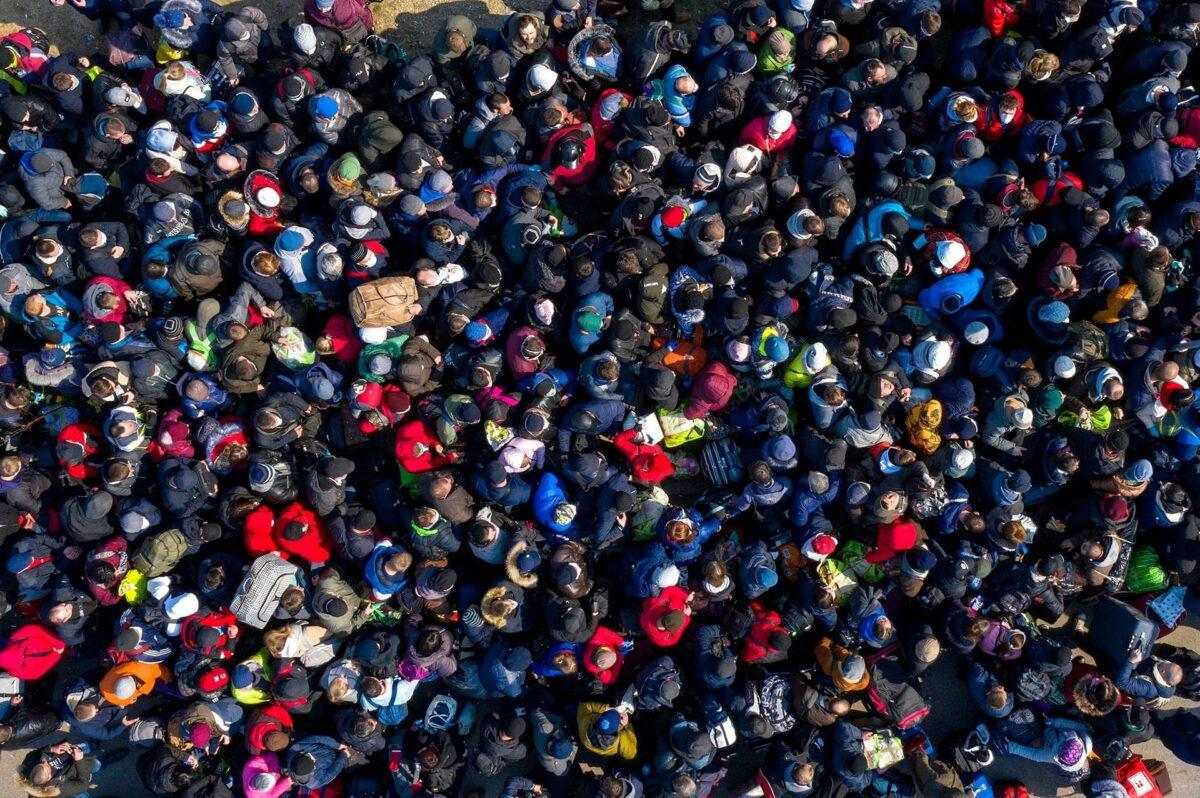 Тысячи украинцев ринулись пешком переходить границу в последний день перед ее закрытием