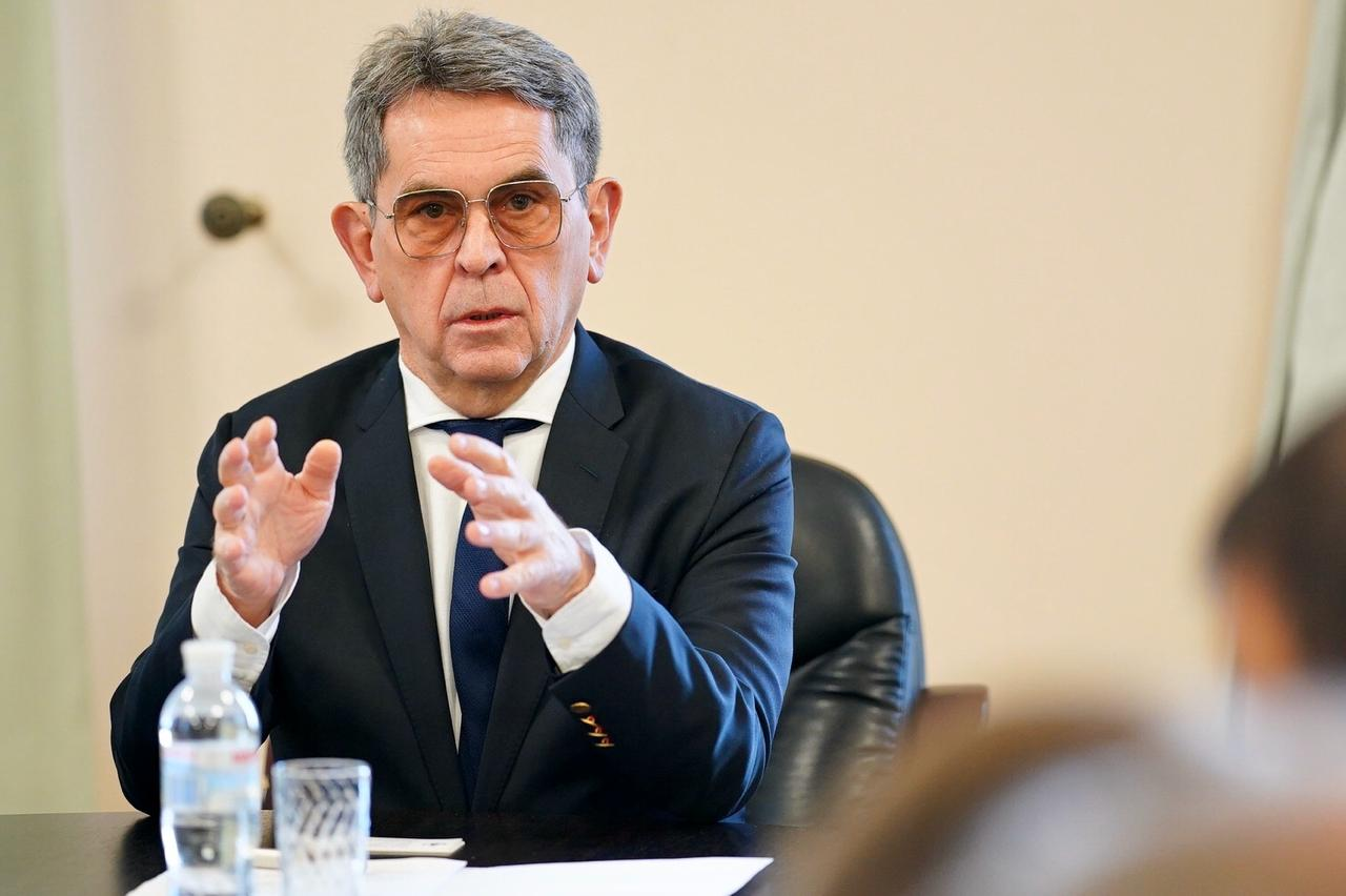 В какой стране мира министр, который списал в трупы всех граждан старше 65 лет, остался бы при своей должности? Но в Украине все именно так
