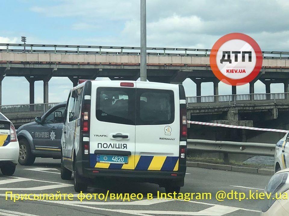 Торчащие провода и «смертельная» кнопка: в Киеве мужчина угрожал взорвать мост Метро, фото и видео