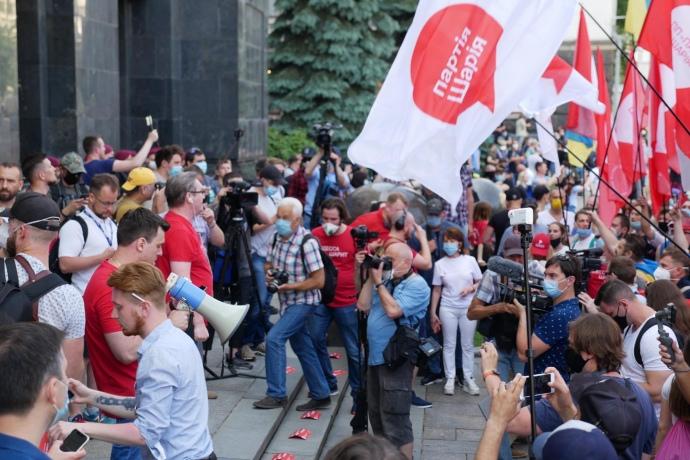 На Банковой между сторонниками и противниками Шария произошли стычки, активисты пошли штурмом на ОП