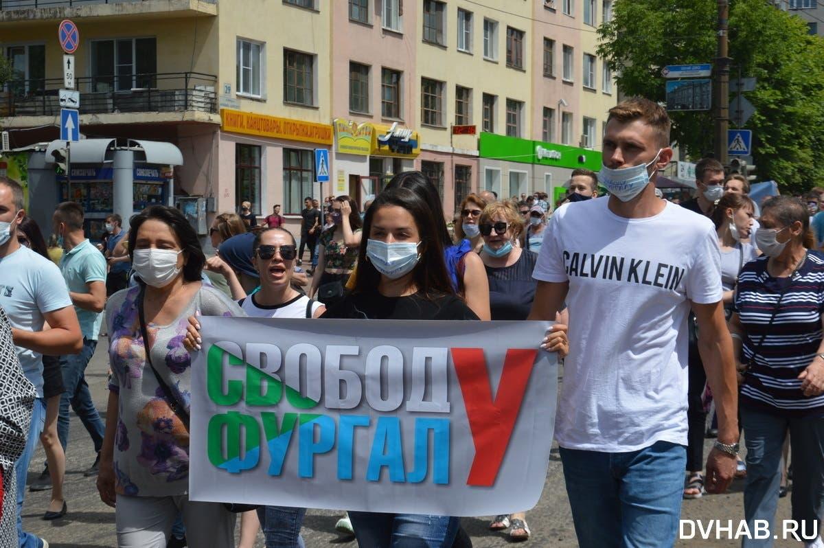 «Путина — в отставку»: В Хабаровске прошел самый массовый митинг в истории города в защиту губернатора края