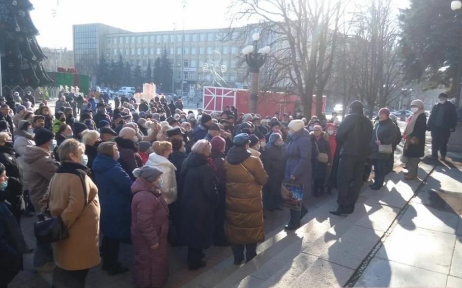 По всей Украине люди перекрывают трассы в знак протеста против повышения тарифов - ЗЕ припомнили его обещание (Видео)
