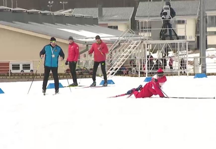 Участник «Минской лыжни - 2021» четыре раза упал, когда его начал обгонять Лукашенко